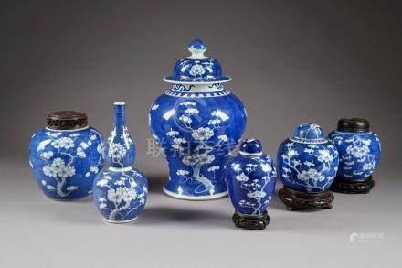 Potiche couverte - Vase gourde - Quatre pots à thé. Décor aux prunus sur fond bleu fouetté.