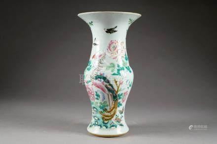 """Vase """"Yen-Yen"""". Décoré, dans la palette Famille Rose, d'un phénix posé sur un rocher dans un"""