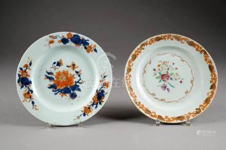 Deux Assiettes. Décor floral, l'une dans la palette Imari, l'autre Famille Rose. Porcelaine