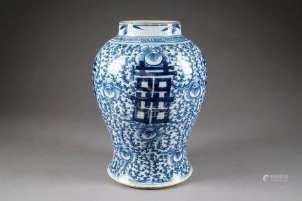 Vase. A motif de signes archaïques inscrits dans des rinceaux. Porcelaine de Chine à l'émail