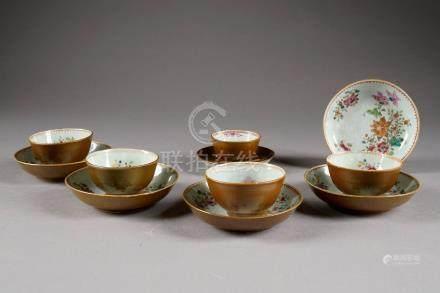 Cinq Sorbets et six Coupelles. Porcelaine de Chine de la Famille Rose à revers capucin. Comp