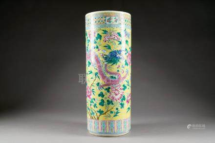 Grand Vase Rouleau. Au décor de deux dragons inscrits sur un fond jaune tapissé de pivoines