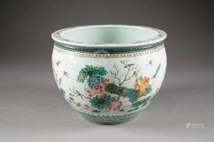 Jardinière. Col bordé de chauves-souris, leiwen et Ru-Yi. Décor dans la palette Famille Rose