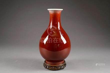 Vase piriforme sur Pied. Porcelaine monochrome de Chine à émail rouge sang de boeuf. Marques