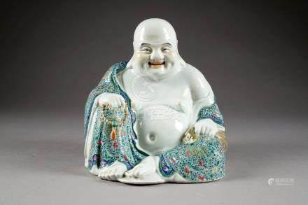 Happy Bouddha (Milofo) assis et souriant. Un chapelet de prière dans la main droite. Porcela