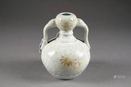 Vase Gourde. Aux anses prenant la forme d'un sceptre Ru-Yi. Décor, ton sur ton, de rinceaux