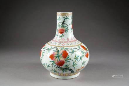 Vase Tianqiuping. Décoré aux neuf pêches de longévité et aux chauves-souris, en deux registr