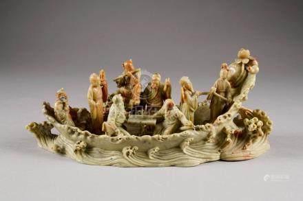 Groupe. Figurant les huit Immortels dans une barque sur des flots déchaînés. Groupe en stéat