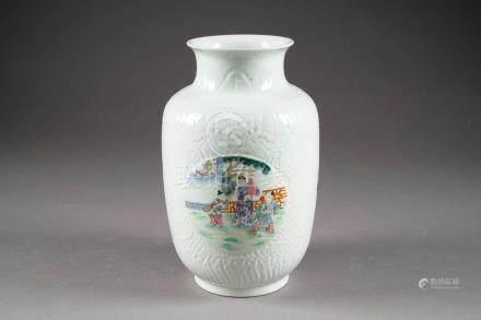 Vase à Col pincé. A décor moulé de chauves-souris, de vagues, de Ru-Yi et de feuilles sur fo