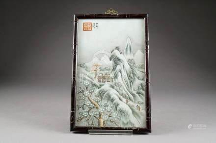 Plaque. Porcelaine émaillée à décor d'un paysage de montagnes animé avec palais. Porcelaine