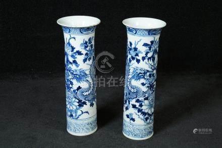 Paire de grands Vases rouleau. Col évasé et décor de deux dragons affrontés autour de pivoin