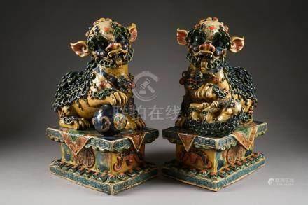 Couple de Lions de Fô, gardiens de temple. Paire de grandes statues en céramique à glaçure p