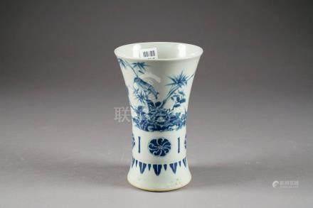 Vase Cornet de style Transition. A motif d'oiseaux parmi pivoines et bambous. Porcelaine de