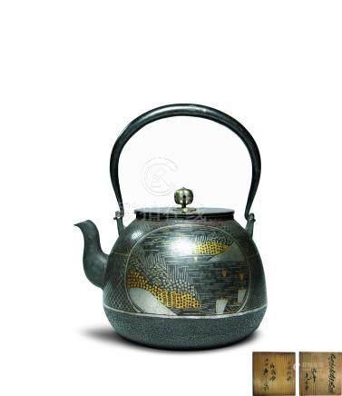 龜壽堂造 金銀象嵌山水紋鐵瓶