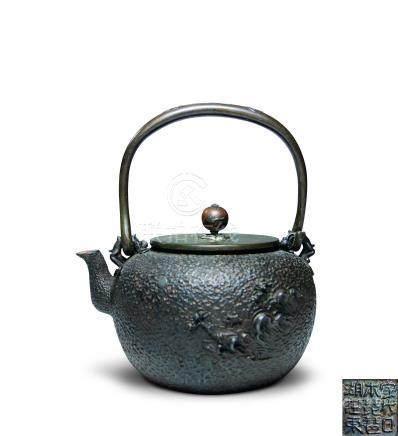 銀象嵌螭紋鐵瓶