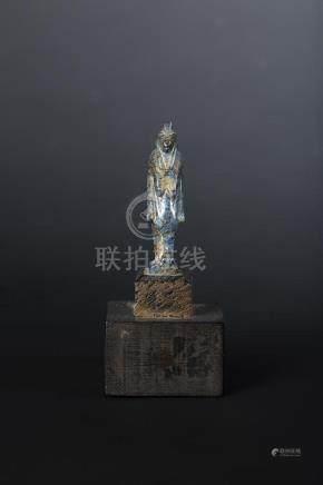 Grande amulette représentant la déesse Thouéris. Ses pattes reposent le long de son corps.La