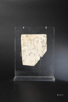 Fragment de bas-relief représentant en creux un personnage masculin agenouillé levant les br