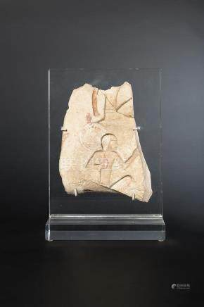 Fragment de bas relief orné de deux hiéroglyphes représentant deux hommes agenouillés. Calca