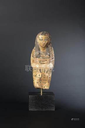 Shaouabti portant une longue perruque tripartite peinte en noir, un large collier ousekh et