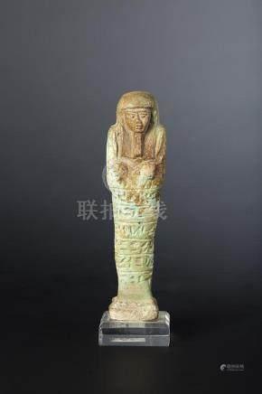 Oushebti portant les instruments aratoires en relief et la barbe postiche. Il est inscrit su