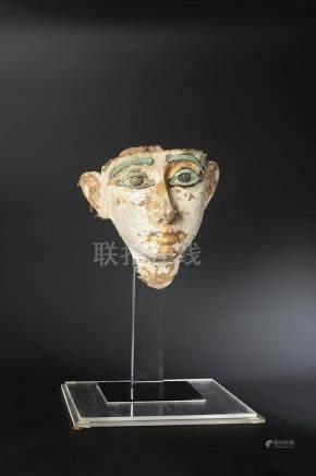 Masque de cuve de sarcophage partiellement doré. Les yeux et les sourcils sont incrustés de