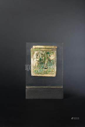 Plaquette en forme de naos représentant un personnage vêtu d un long pagne finement plissé,