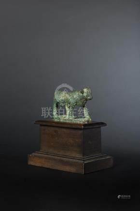 Statuette représentant un taureau Apis marchant. Un tapis quadrillé est gravé sur le dos. Br