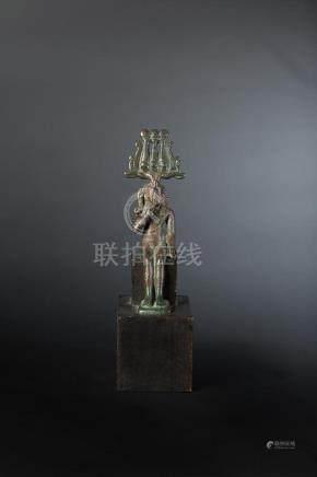 Statuette d Harpocrate assis. Son bras gauche repose le long du corps et son index droit est