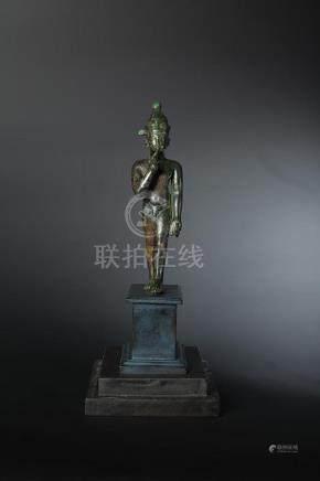 Statuette d Harpocrate représenté marchant, tenant de la main gauche un oiseau et tendant so
