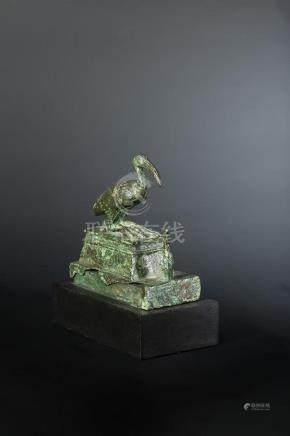 Statuette représentant Thot sous la forme d un ibis. Il est posé sur un naos mouluré devant