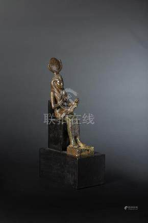 Statuette d Isis lactans représentée assise, la main droite montrant le sein et la gauche re