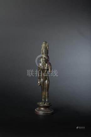 Statuette représentant la déesse Moût debout, vêtue d une longue robe fourreau. Elle porte u