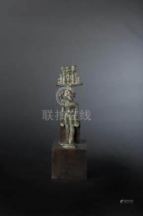 Statuette d Harpocrate assis, ses bras reposent le long du corps. Il est coiffé de la couron