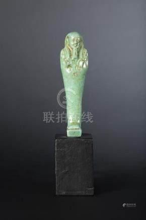 Oushebti anépigraphe portant les instruments aratoires en relief et la barbe postiche. Faïen