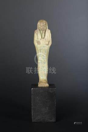 Oushebti portant les instruments aratoires en relief et la barbe postiche. Il est inscrit d