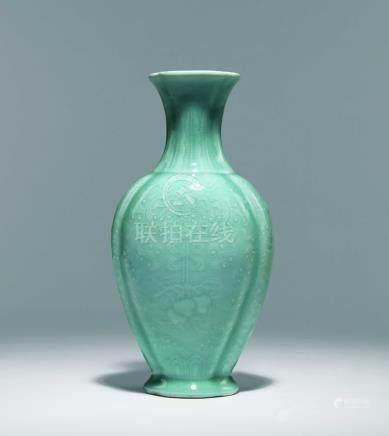 清  粉青釉浮雕福壽紋海棠瓶