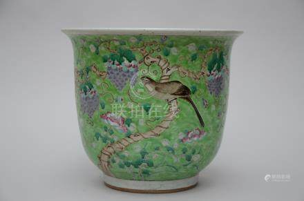 A Chinese planter in Chinese famille rose porcelain 'grape vines and birds'