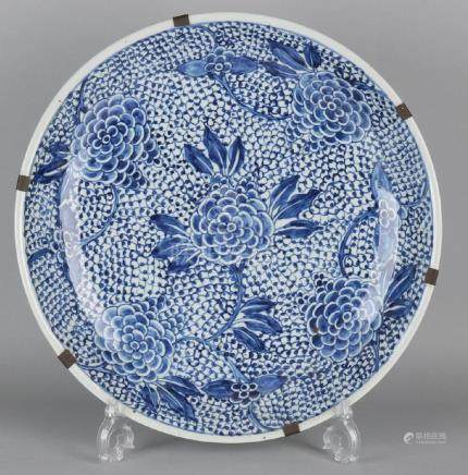 Large 17th - 18th century Chinese porcelain dish with a