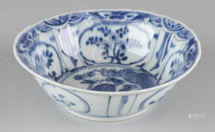 18th - 19th Century Chinese porcelain bowl with floor
