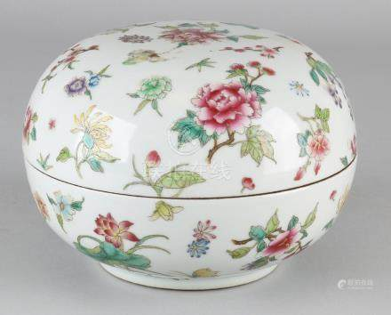 Large old Chinese porcelain Family Rose covered box