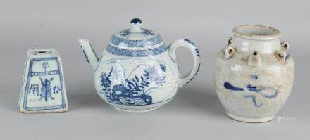 Two times old Chinese porcelain. Consisting of: Weight