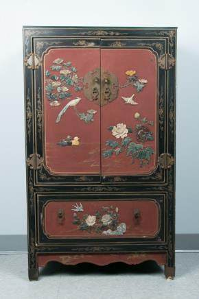 A HARDSTONE-INLAIED RED LACQUER CABINET