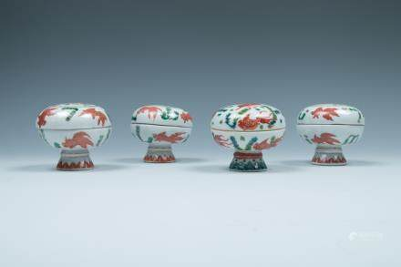 A SET OF FOUR FAMILLE-ROSE CIRCULAR BOXES WITH COV