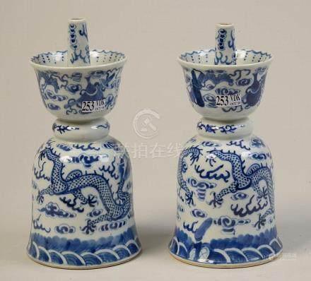 Paire de porte-encens en porcelaine bleue et blanche de Chin