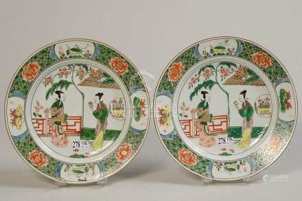 """Paire d'assiettes en porcelaine polychrome de Chine dite """"Fa"""