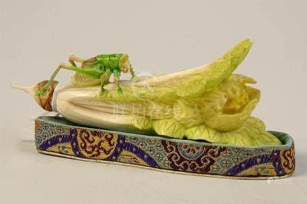 """""""Sauterelle sur un morceau de chou"""" en ivoire sculpté et pol"""