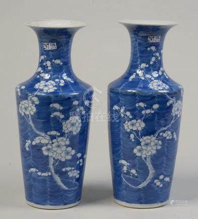Paire de vases en porcelaine bleue et blanche de Chine au dé