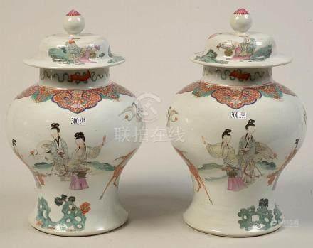 Paire de potiches couvertes en porcelaine polychrome de Chin