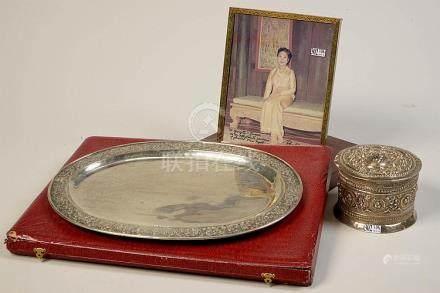 Ensemble de trois souvenirs de la famille royale de Thaïland