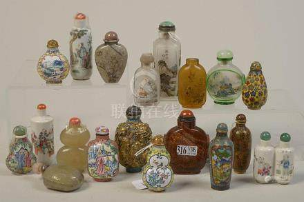 Lot de dix-neuf snuff bottles en bronze aux émaux cloisonnés